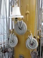 Gloria adujas y campana.jpg
