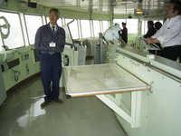 RIMG0506-昼間用海図台と佐藤元航海士.jpg